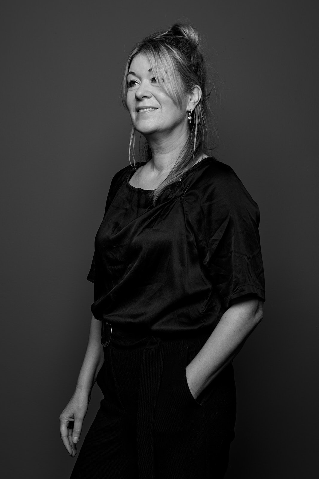 Previously she worked as a set dresser for television, now she dresses houses with passion. Her design heroes are Gio Ponti and Draga & Aurel. She adapts the interior design to the style of the building and the wishes of the residents. Her passion for textiles and curtains is reflected in her interior design